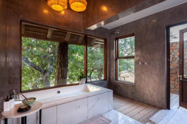 Thornybush Game Lodge, Luxury Bath with stunning view